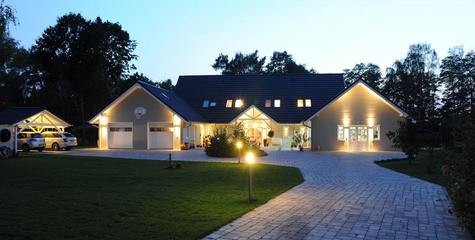 Fjorborg Holzhaeuser - 1,5 geschossiges Holzhaus - Wohntraum Haus am See - Einfahrt - BV5777