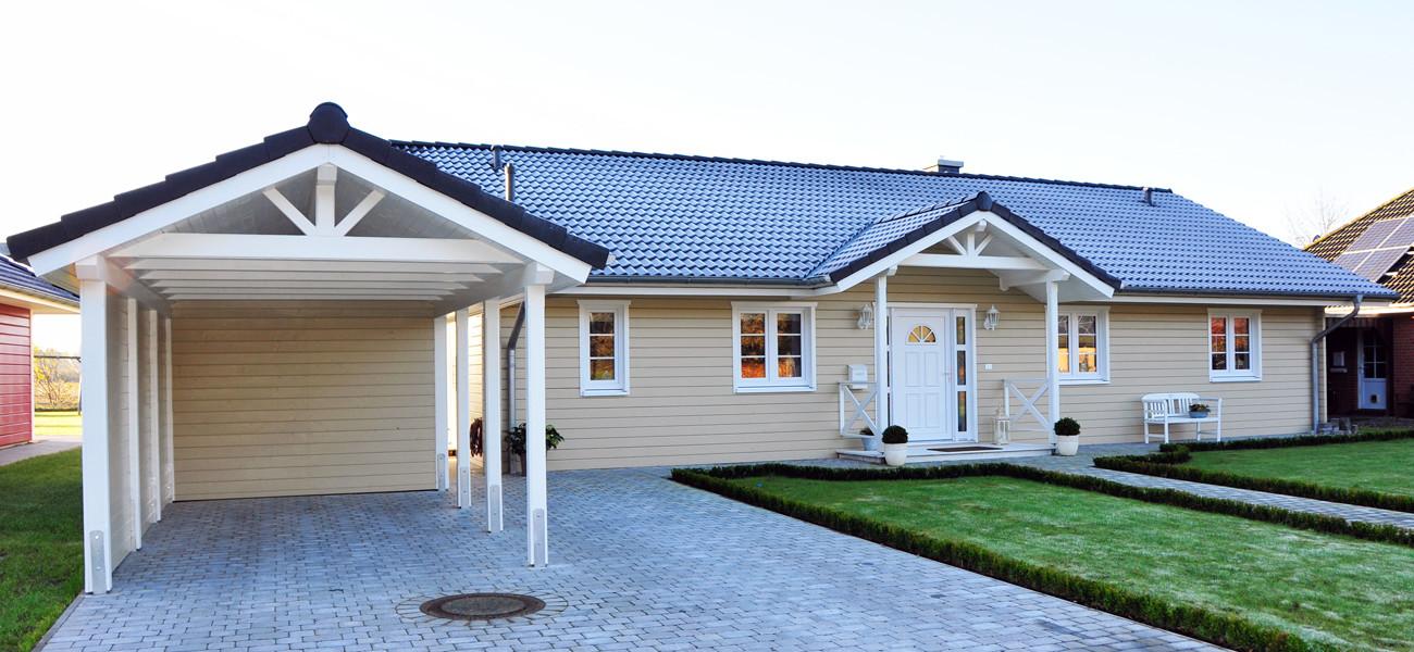 Fjorborg Holzhaeuser - Ebenerdiges Holzhaus - Haustyp Anholt - Eingangsbereich mit Carport - BV6533