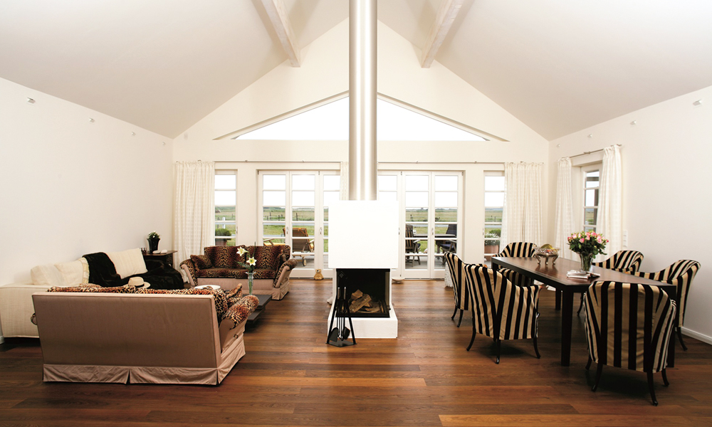 Fjorborg Häuser – zweisgeschossiges Holzhaus – Wohnzimmer mit Kamin – BV3455