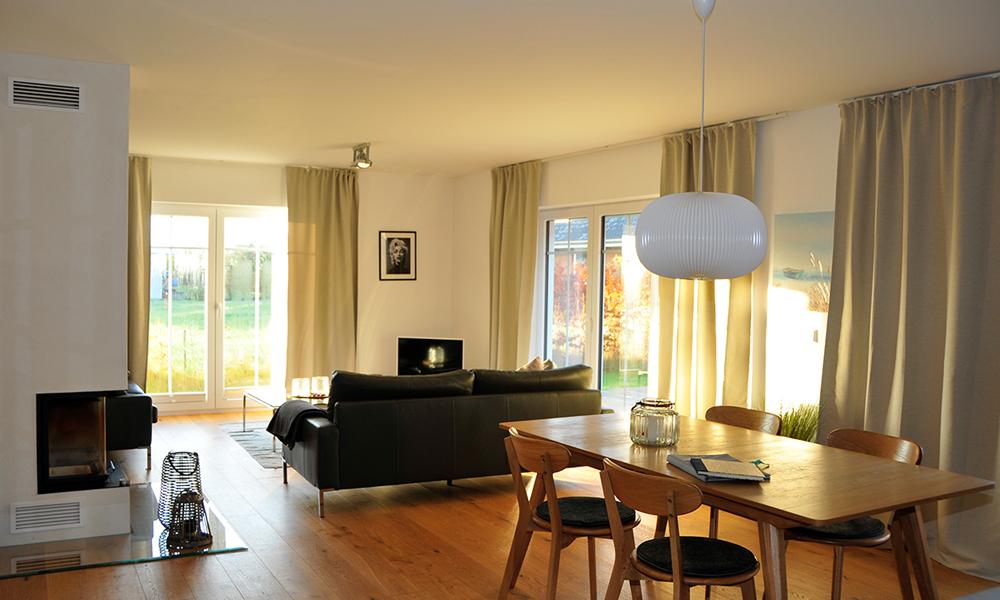 Fjorborg Häuser – ebenerdiges Holzhaus – Eigener Entwurf – offener Wohnbereich mit Kamin – BV7004